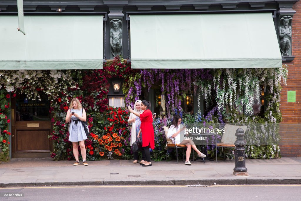 Women Outside The Ivy Chelsea Garden On Kings Road Use Their Mobile News Photo Getty Images