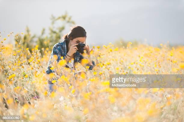 Vrouwen fotograaf In de wilde bloemen