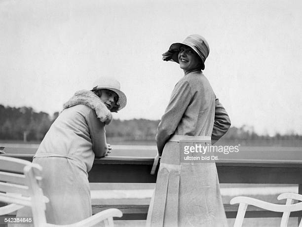 Women pictures Countess Schaesberg and Mady Christians at the edge of the polo ground in Berlin Frohnau 1928 Photographer Atelier Binder Published by...