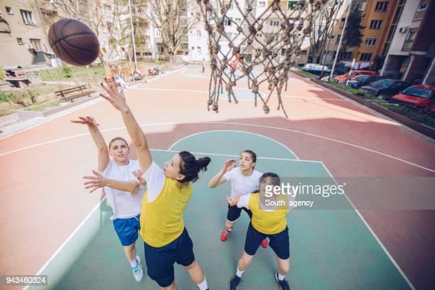 Spielerinnen, die Basketball spielen