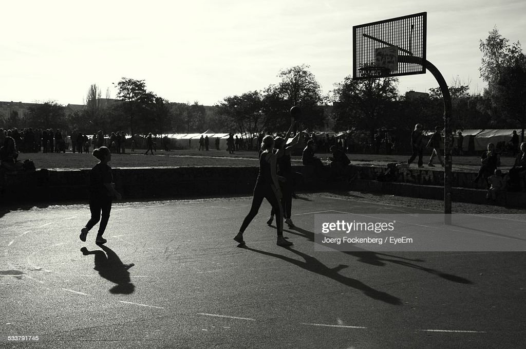 Women Playing Basketball : Foto stock