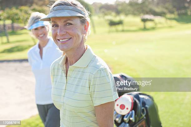 Damen golf spielen