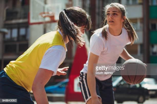 Women playing streetbal