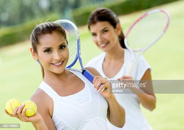 donne giocano a tennis - doppio foto e immagini stock