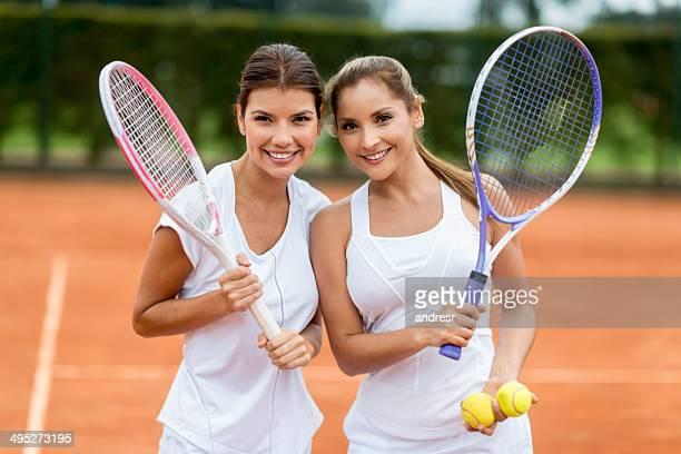 Femmes jouant au tennis