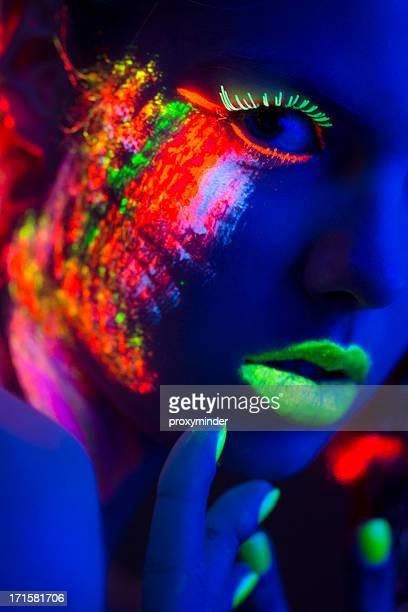 Retrato de mujer con maquillaje brillante colorido de luz negra