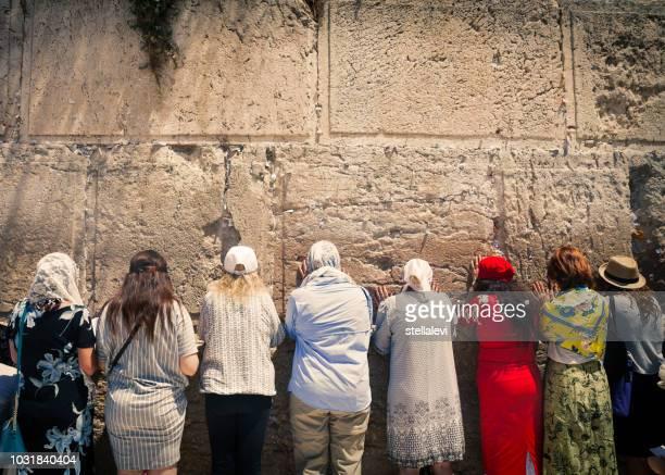 mujeres orando en el muro de las lamentaciones - muro de las lamentaciones fotografías e imágenes de stock