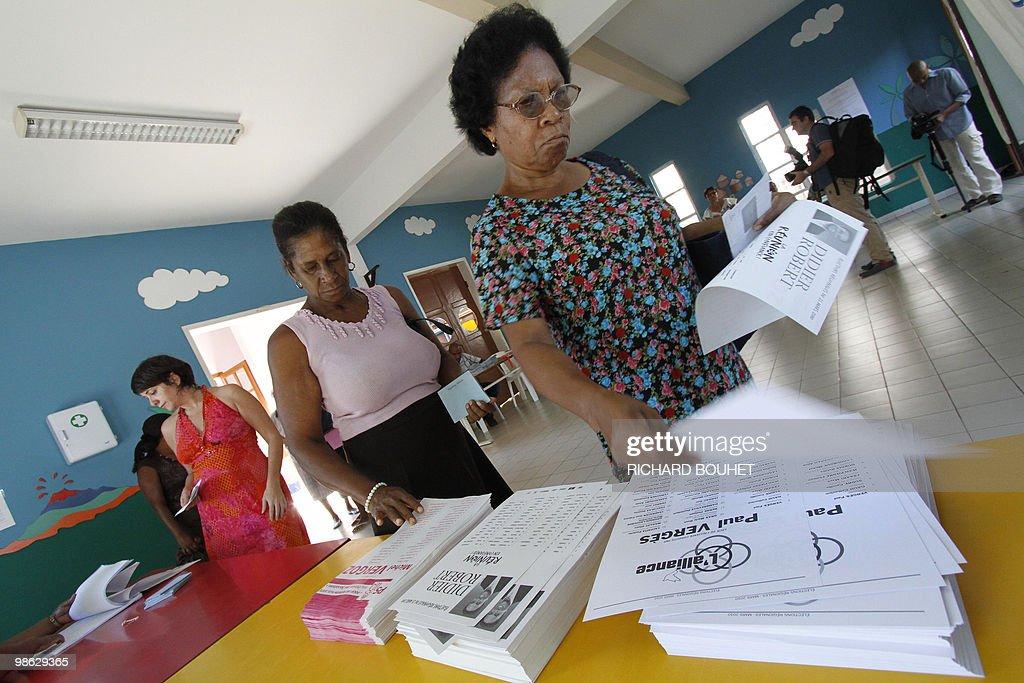 Women prepare to vote in the French Indi : Nieuwsfoto's
