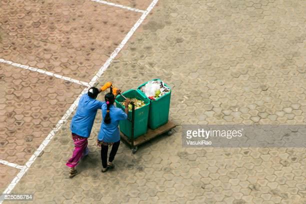 women pushing garbage cart, bangalore, india - bangalore city stock pictures, royalty-free photos & images