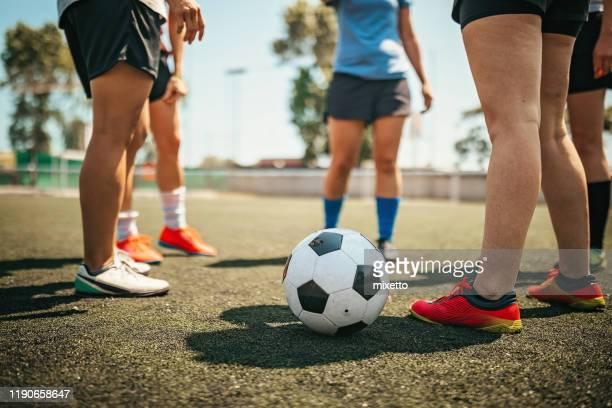 mulheres prontas para o fósforo de futebol - parte inferior - fotografias e filmes do acervo