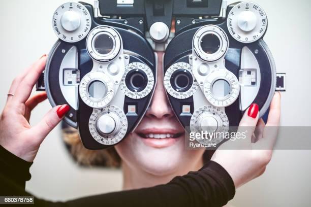 Frauen, die Augenuntersuchung