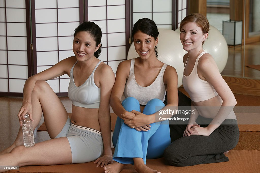 Women relaxing in exercise class : Stockfoto