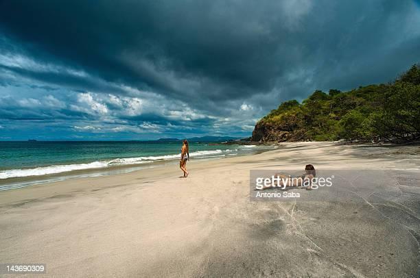 トロピカルビーチでのリラックスした女性
