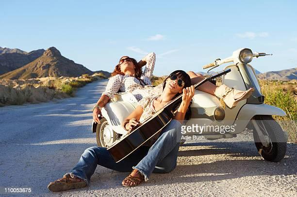 Femme de détente en route avec Pilote de moto