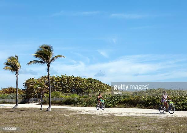 Frau Reiten Fahrräder in Miami Beach, Florida