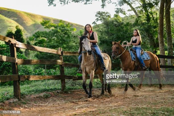 レドンデルに乗っている女性 - 家畜柵 ストックフォトと画像