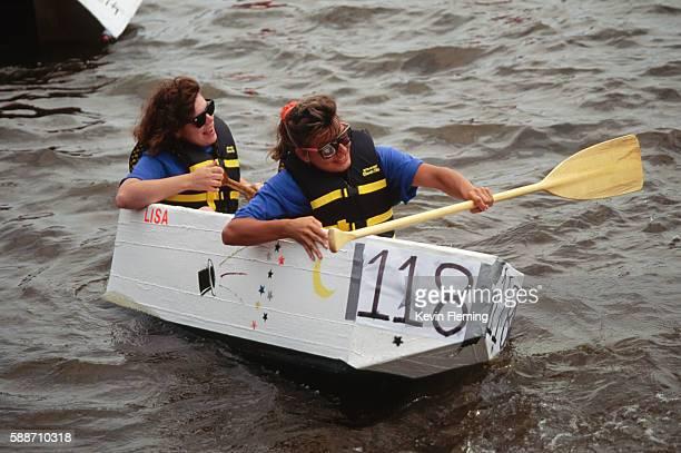 women rowing cardboard boat in regatta - ウィスコンシン州シボイガン ストックフォトと画像