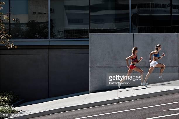 women running in the city - 丘 ストックフォトと画像