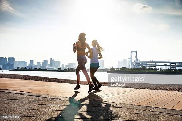 女性のランニング街の-東京