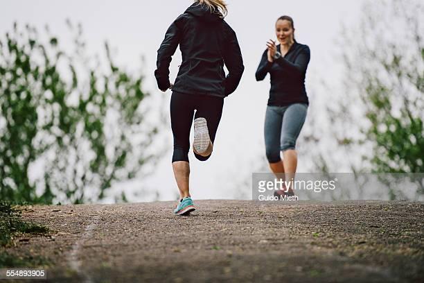 women running together - incoraggiamento foto e immagini stock