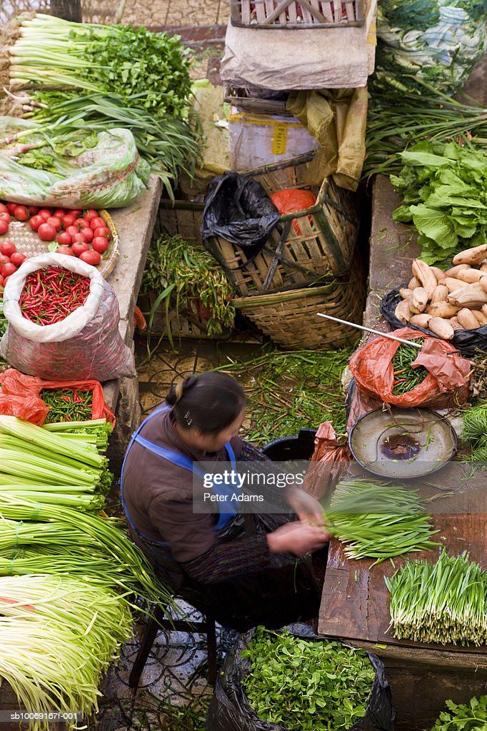 Women selling vegetables in market, high angle view : Stockfoto