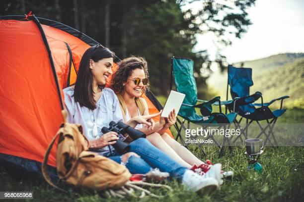 frauen einrichtung campingplatz im wald - camping stock-fotos und bilder