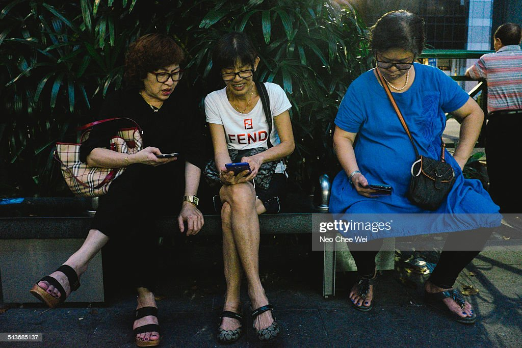 People Using Cellphones : News Photo