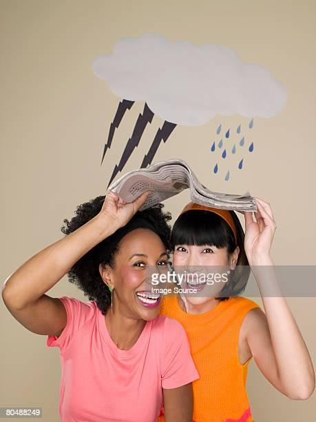 Frauen Zuflucht vom Wetter