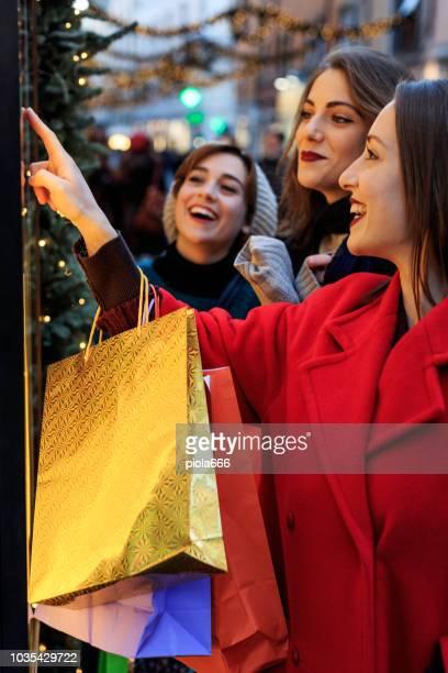 Rome, イタリアのクリスマス期間中にショッピング女性