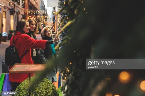 women shopping during christmas in rome, italy - natale di roma foto e immagini stock
