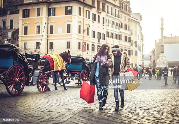 donna shopping durante le vendite a roma, italia - natale di roma foto e immagini stock