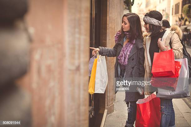 Donna shopping durante le vendite a Roma, Italia