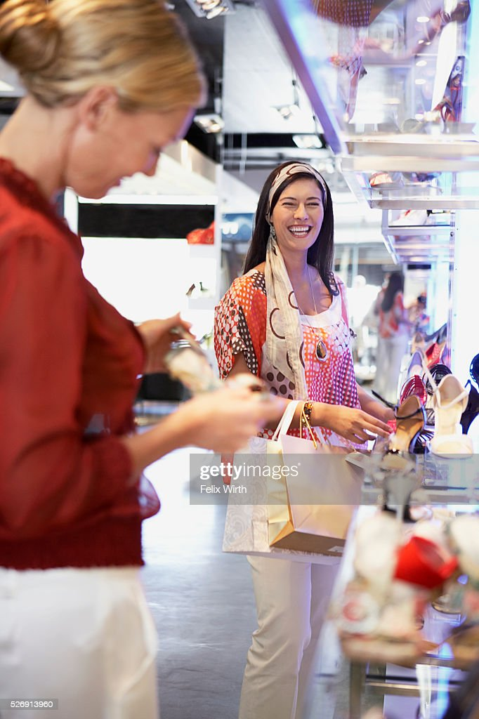 Women shopping for shoes : Stock-Foto