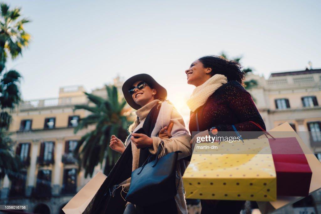 Mujeres de compras en Barcelona : Foto de stock