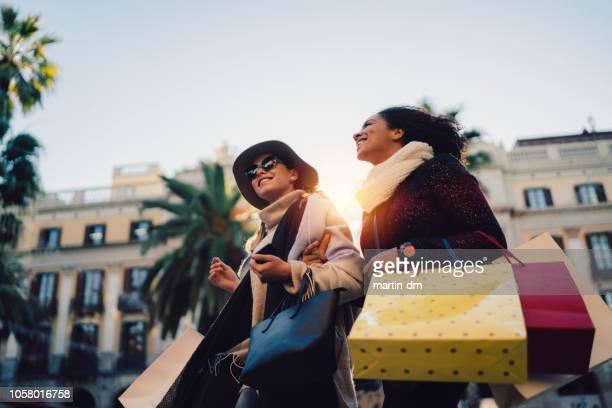 mujeres de compras en barcelona - ir de compras fotografías e imágenes de stock