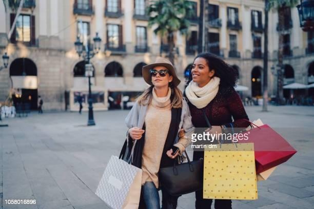 kvinnor shopping i barcelona - societetslejon bildbanksfoton och bilder