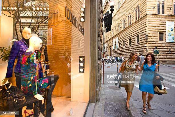 women shopping on via tornabuoni in florence - デザイナー服 ストックフォトと画像