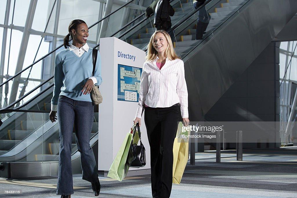 Women shopping : Stockfoto