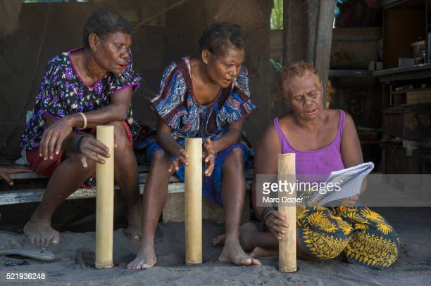 women singing in matupit - bambou chanteuse photos et images de collection