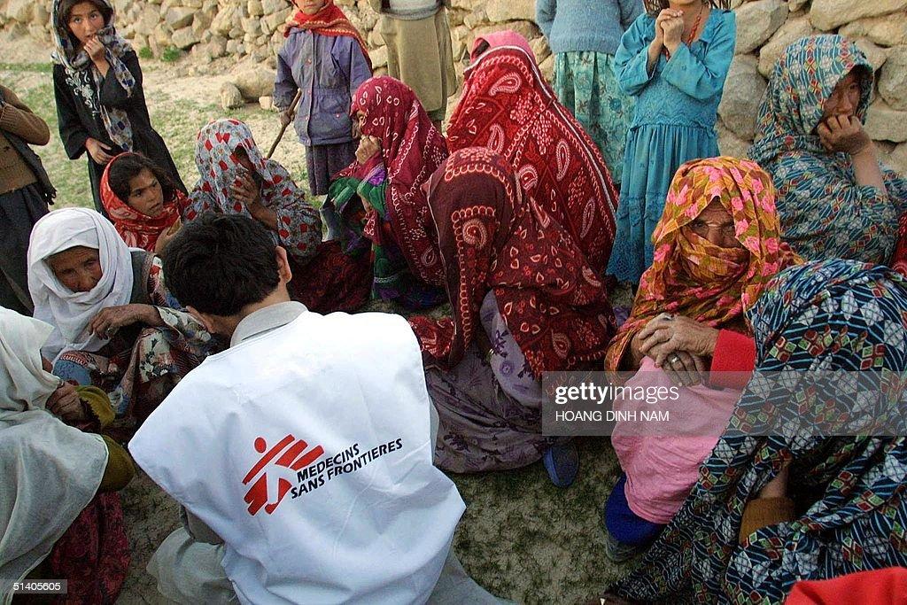 Women sit around an aid worker from Medecins Sans : News Photo