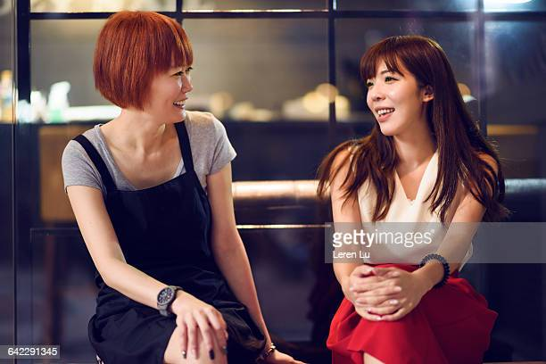 women sitting and talking with laughter - leren stock pictures, royalty-free photos & images