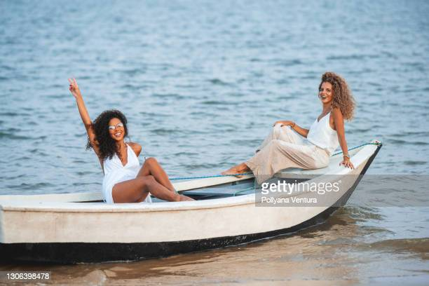 women sitting on the boat - sentar se imagens e fotografias de stock