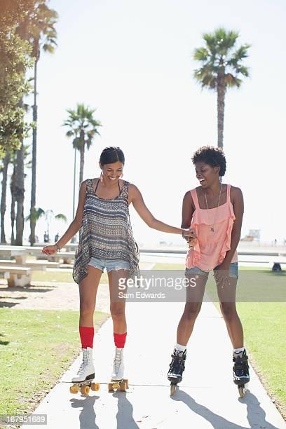 Femme Patinage ensemble dans le parc