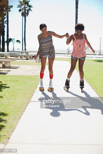 Femme patinage en plein air