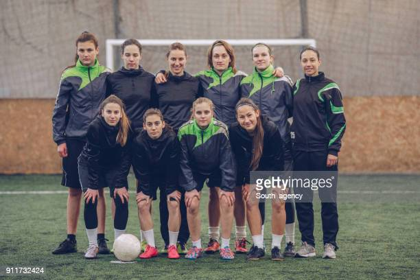 women soccer players - sports uniform stock pictures, royalty-free photos & images