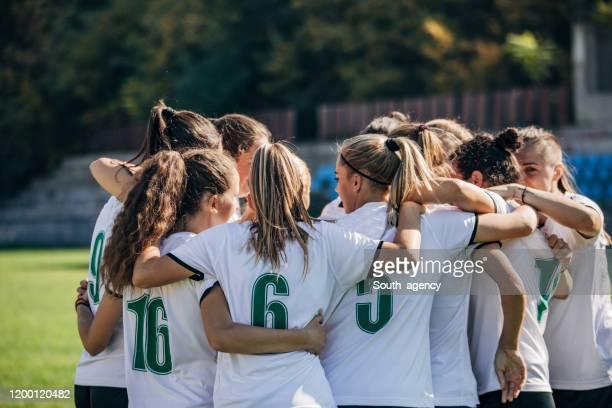 équipe féminine de football célébrant la victoire - football féminin photos et images de collection
