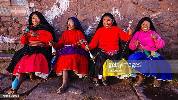 Frauen Spinnen Wolle auf Taquile, Lake Titicaca, Peru