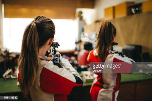 女性スポーツシューティングトレーニング - 撃つ ストックフォトと画像