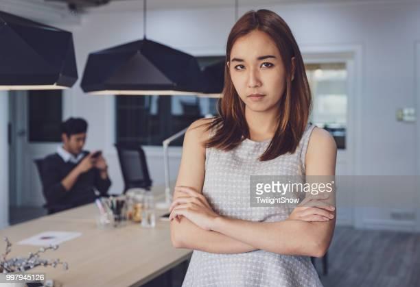 Frauen stehen wütend mit Faulheit Kollegin im Büro
