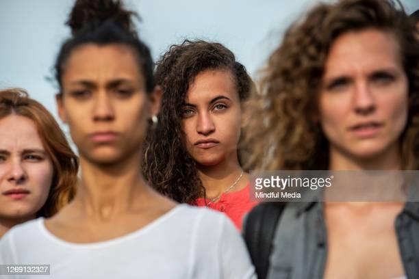 women standing together - direitos da mulher imagens e fotografias de stock